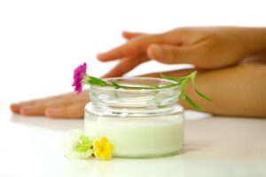 Увлажнение рук кремами